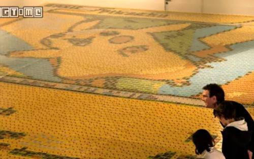 大写的萌!英国艺术家用一万多张卡拼出巨型皮卡丘